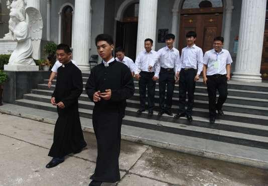 Des moines devant l'église du Sacré-coeur de Jésus à Anyang, dans la province du Henan, le 4 août 2015. AFP PHOTO/GREG BAKER
