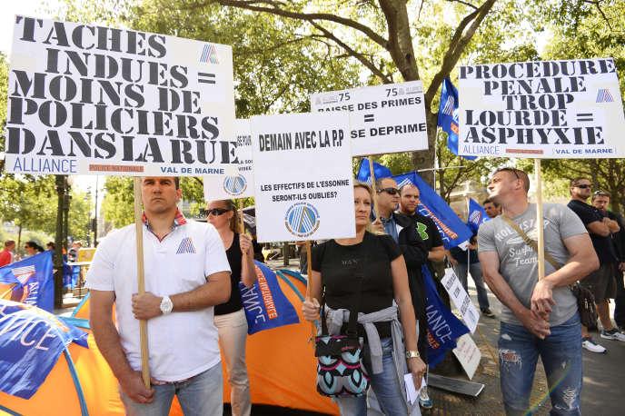 Lors d'une manifestation de policiers organisée par le syndicat Alliance à Paris, le 16 juin.