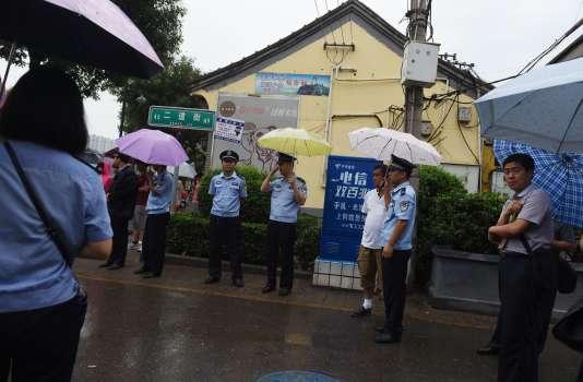 Des policiers chinois à l'entrée de la rue menant à l'église d'Anyang le 4 août 2015. AFP PHOTO/GREG BAKER
