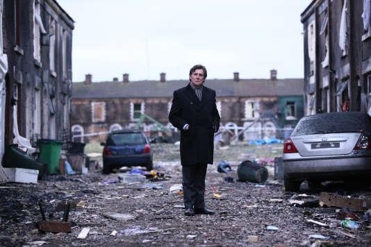 Tom Dawkins (Gabriel Byrne) sur les lieux de l'explosion d'une usine pétrochimique dans le nord de l'Angleterre.