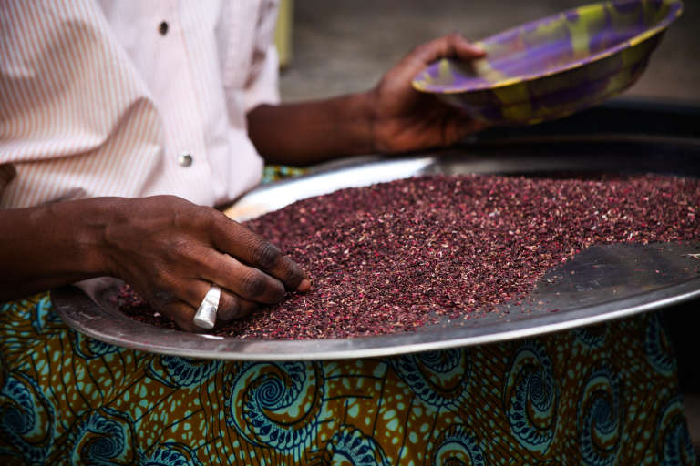 Une femme d'une entreprise intégrée à une plateforme numérique qui prépare l'hibiscus, à Dakar.