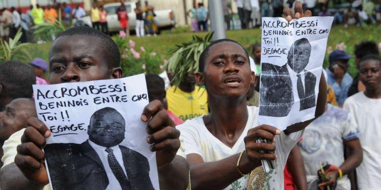 Des manifestants réclament le départ de Maixent Accrombessi à Libreville le 4 mai 2011.