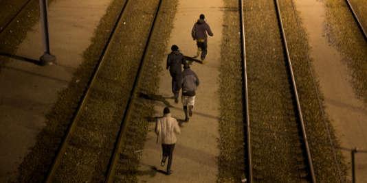 Des migrants tentent de rejoindre le tunnel sous la Manche à Calais, le 4 août.