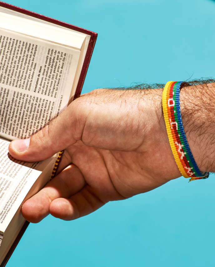 Sur le bracelet figurent les lettres WWJD pour