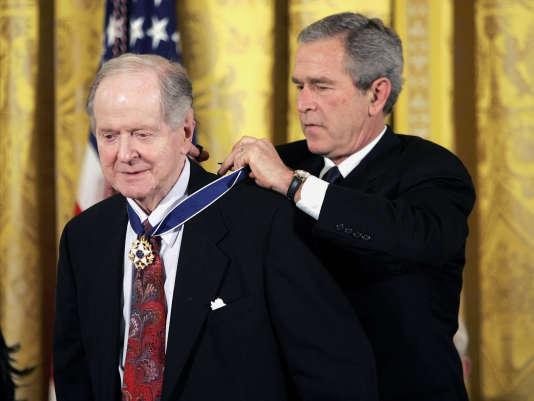L'historien Robert Conquest (à gauche) avec le président George W. Bush à Washington en novembre 2005.