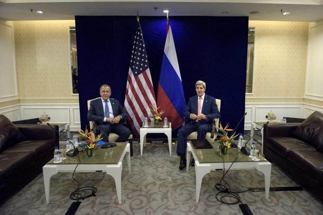 Le secrétaire d'Etat américain, John Kerry (à droite), et son homologue russe, Sergueï Lavrov, à Kuala Lumpur, en Malaisie, le 5 août.