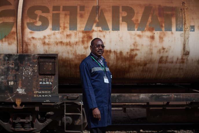 Michel Toé est chef de traction à la Sitarail. Depuis trente-huit ans, il conduit régulièrement le train entre Ouagadougou et Abidjan. De son hublot, il a vu défiler l'histoire récente et souvent agitée du Burkina Faso et de la Côte d'Ivoire. « Pendant la première crise ivoirienne [2002 à 2007], nous roulions dans l'angoisse de la violence, de la mort. Les gares étaient sous contrôle d'hommes en armes », se souvient-il.