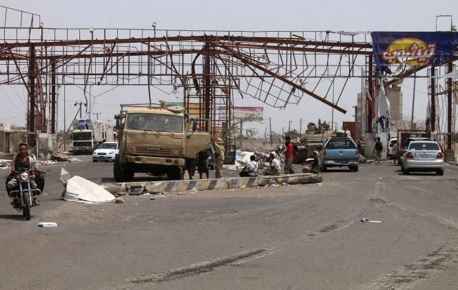 Les forces loyalistes avancent dans la province de Lahj, au nord d'Aden, après la prise du grand port. La plupart des axes routiers du pays font l'objet de bombardements, les civils ont le plus grand mal à se déplacer.
