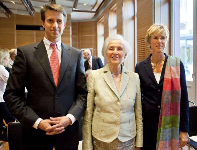 Johanna Quandt (au centre), actionnaire majoritaire du groupe BMW, pose avec ses enfants Stefan Quandt et Susanne Klatten à Wiesbaden, avant de recevoir la croix fédérale du Mérite, le  31 août 2009. L'an dernier, les seuls dividendes de BMW ont rapporté à leur famille 815 millions d'euros.