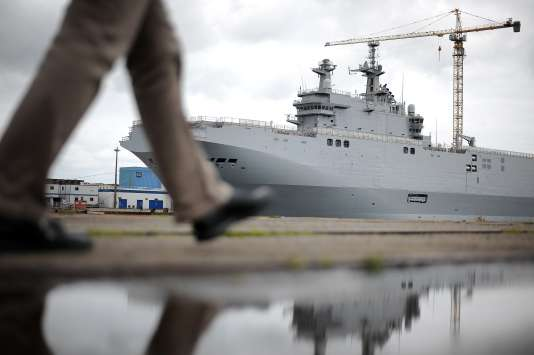 Un des navires Mistral commandés par la Russie, dans le port de Saint-Nazaire.