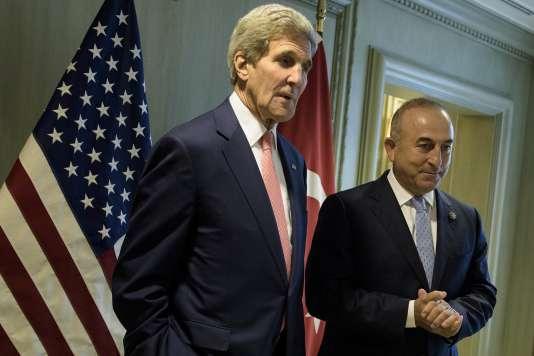 Les chefs de la diplomatie américaine et turque John Kerry et Mevlut Cavusoglu à Kuala Lumpur le 5 août.
