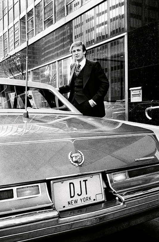 Donald J. Trump en 1976, devant une Cadillac immatriculée à ses initiales. Le début d'une success story.