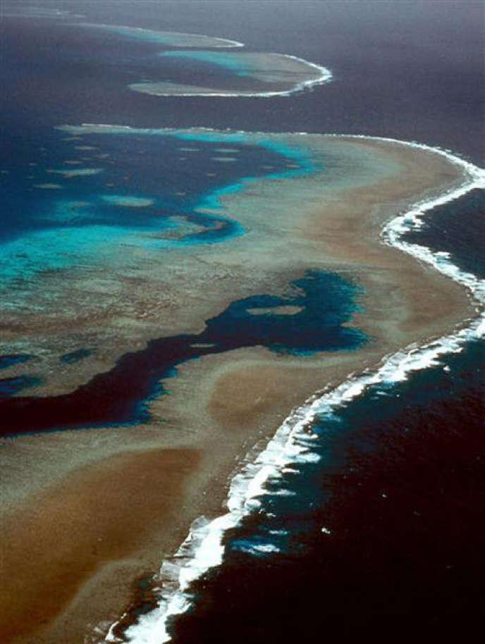 L'acide carbonique élève le taux d'acidité des océans. Cela dissout les coquillages des coraux, entraînant la mort des récifs coralliens, qui sont à la fois des aires de reproduction et de nourricerie majeures de la faune marine, et des zones de protection des littoraux tropicaux et subtropicaux contre les vagues et les tsunamis (Photo: Grande barrière de corail au nord-est de la côte australienne, de Cap York à Bundaberg).