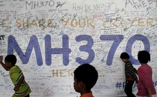 Des messages laissés pour les passagers du vol MH370 sur un mur de l'aéroport de Kuala Lumpur, en Malaisie.