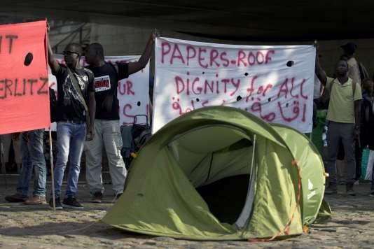 Manifestation de migrants quai d'Austerlitz, à Paris, le 5 août.