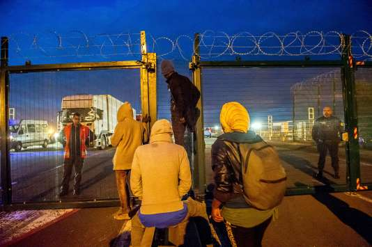 Des migrants devant l'entrée du site d'Eurotunnel, à Coquelles, près de Calais le 29 juillet 2015.