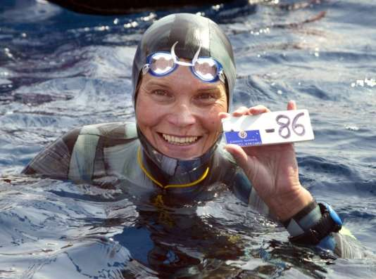 La Russe Natalia Molchanova montre la preuve de sa descente à 86 mètres de profondeur en apnée, le 03 septembre 2005 à Villefranche-sur-Mer.