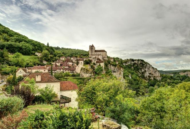 Le village médiéval classé de Saint-Cirq Lapopie, dans le Lot.