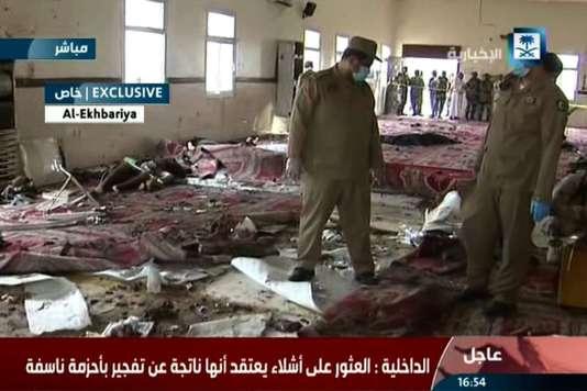 Image tirée de la chaîne de télévision d'Etat El-Ikhbariya diffusant, le 6 août 2015, les images des forces de sécurité saoudiennes en train d'inspecter le lieu de l'attaque perpétrée dans une mosquée, située au sein du quartier général des forces spéciales saoudiennes, à Abha.
