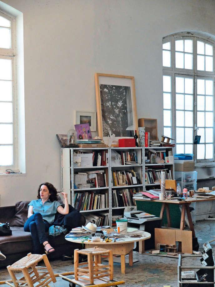 La plasticienne dans son atelier des Frigos, à Paris.