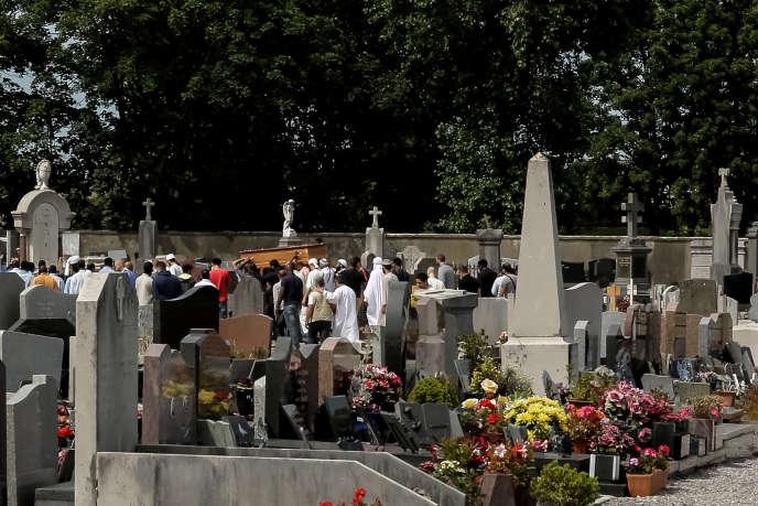 Enterrement, de Moussa Houmed, jeune migrant érythréen, le 5 août, à Calais.