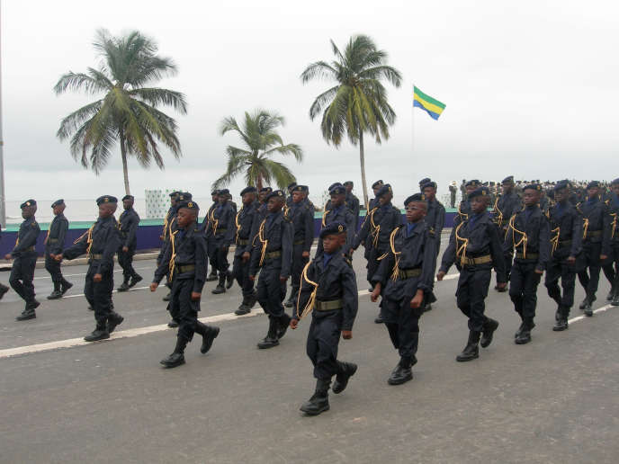 Philippe Belin, président de la société Marck, spécialisée dans la confection d'uniformes militaires, est entendu dans les locaux de la police judiciaire, qui s'interroge sur la légalité de virements réalisés en marge d'un contrat passé fin 2005 avec le Gabon.