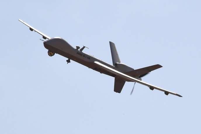Un drone Reaper français engagé dans l'opération« Barkhane» vole au-dessus de l'aéroport de Niamey (Niger), en janvier 2015.