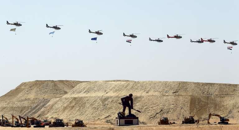 Défilé d'hélicoptères durant la cérémonie d'inauguration de l'extension du canal de Suez, jeudi 6 août, à Ismaïlia.