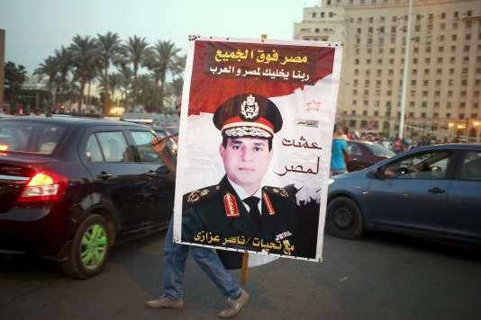 Abdel Fattah Al-Sissi a ratifié une loi antiterroriste qui prévoit des tribunaux spéciaux.