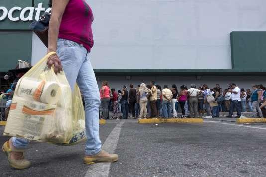 Une file d'attente devant un supermarché de Caracas, le 4 août.