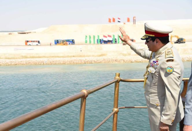 Le président égyptien, Abdel Fattah Al-Sissi, a embarqué en début d'après-midi, jeudi 6 août, à Ismaïlia pour conduire la parade navale.