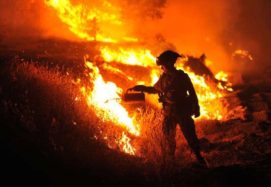 """Un pompier en intervention sur le """"Rocky Fire"""", le 3 août 2015 près de Clearlake, en Californie."""