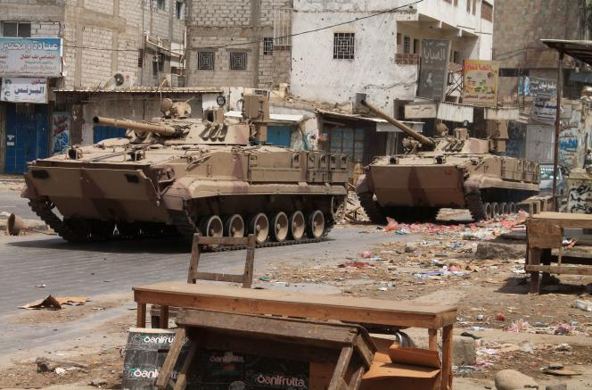 Chars des forces loyalistes, soutenues par la coalition arabe, à 50km au nord d'Aden, le 4 août.
