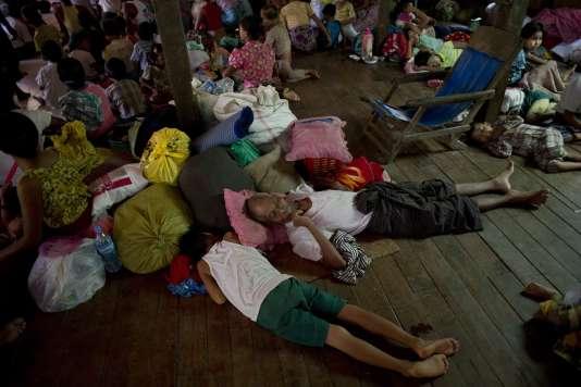 Des villageois réfugiés dans un camp, près de la ville de Hinthada dans la région de Irrawaddy en Birmanie, le 6 août 2015.
