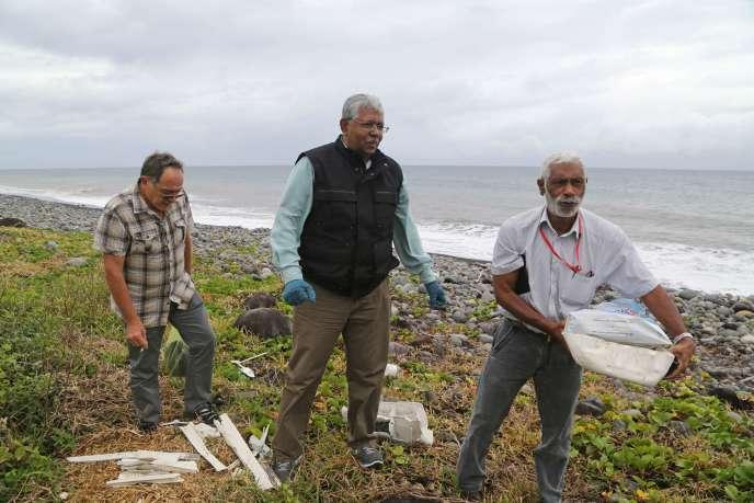 Des experts de l'équipe malaisienne à Saint-André de La Réunion, le 4 août 2015.