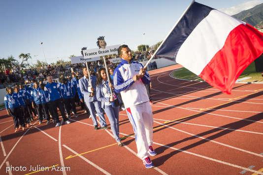 Samedi 1er août,  à Saint-Paul (La Réunion), lors de la cérémonie d'ouverture des Jeux des îles de l'océan Indien, tous les athlètes de Mayotte ont défilé derrière un porte-drapeau réunionnais aux couleurs bleu-blanc-rouge.