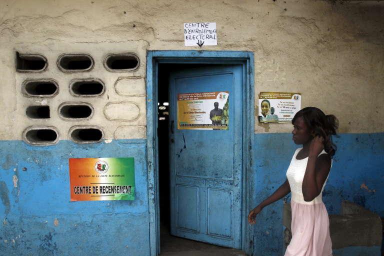 Devant un bureau de recensement électoral, à Abidjan.
