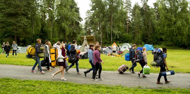 Des jeunes militants convergent vers l'île d'Utoya en Norvège, le 6 août.