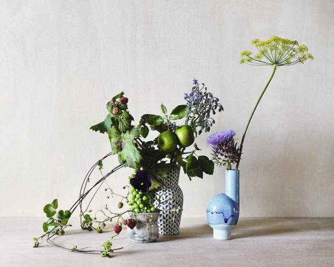 Fruits et herbes aromatiques ajoutent une touche de fantaisie aux bouquets. Vases de Cécile Daladier (premier plan), de Dana Bechert (arrière-plan)  et de Matthias Kaiser  (à droite).