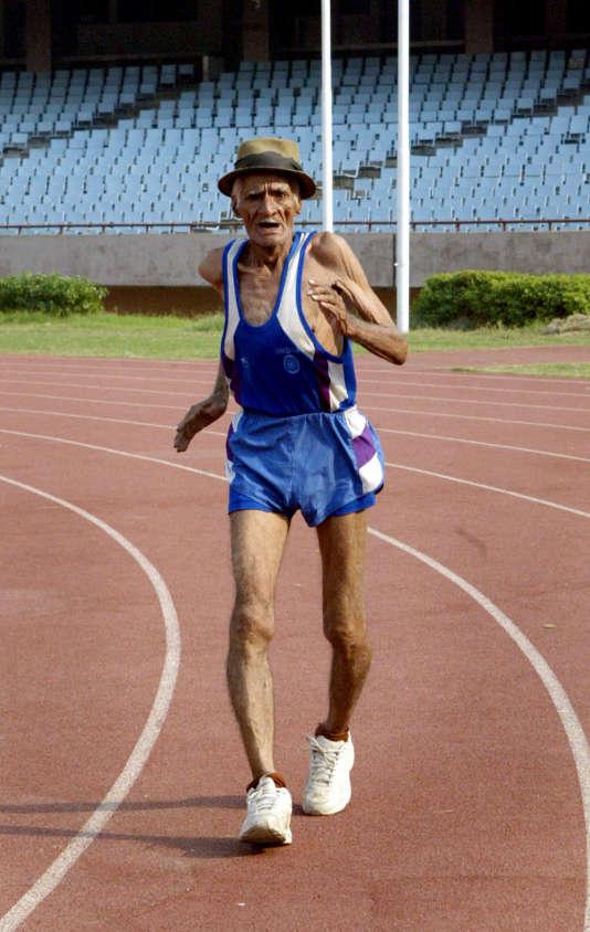 Un marathonien indien de 82 ans, à  New Delhi, en 2005.