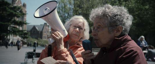 Avec leurs déambulateurs à moteur , deux vieilles dames courageuses de 90 ans posent la  question brûlante : Comment allons nous sortir de cette crise?