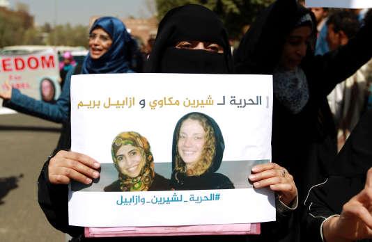 Des manifestants yéménites demandant la libération d'Isabelle Prime et Chérine Makkaoui, à Sanaa le 5 mars.