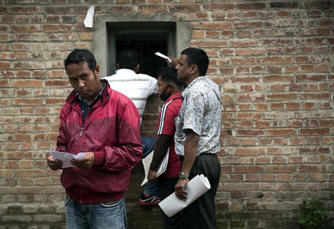 Des candidats au départ à l'étranger, à Katmandou, le 30 juillet.