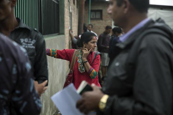 Des candidats au départ devant le bureau qui délivre les passeports à Katmandou, le 30 juillet.