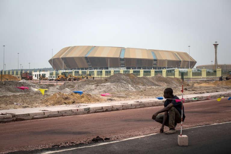 Un ouvrier travaille à la construction du stade de Kintélé près de Brazzaville. Cette infrastructure de 60 000 places accueillera une partie des jeux africains fixés du 4 au 9 septembre prochains.