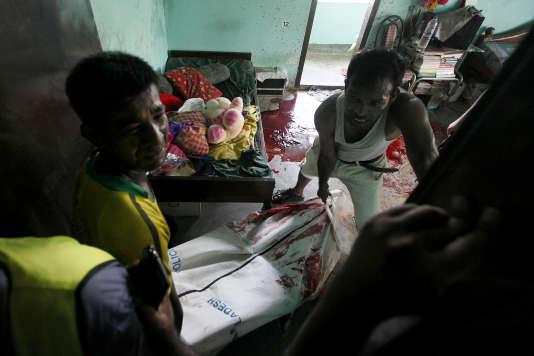 Le corps du blogueur Niloy Chakrabarti est sorti de son appartement, le 7 août 2015.
