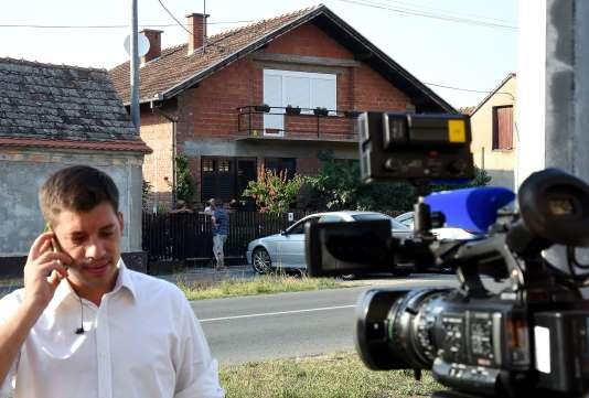 Devant la maison de Tomislav Salopek, otage de l'EI.