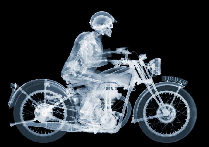 «Matchless Rider», de Nick Veasey, œuvre exposée à la M.A.D. Gallery (Genève).
