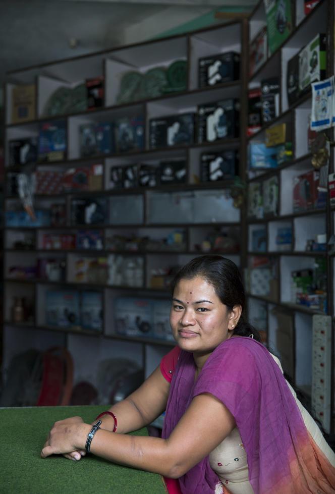 Rachana Shrestha, qui tient une quincaillerie à Melamchi, donne aussi des « conseils » pour les candidats au départ.