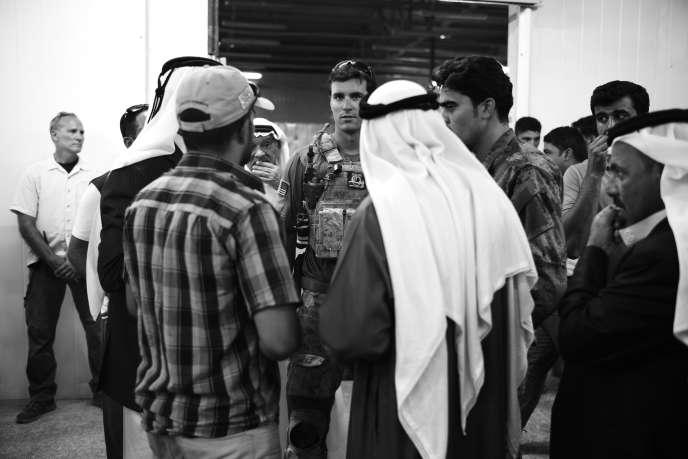 Militaires américains en conversation avec des chefs de tribu sunnites sur la base militaire d'Habbaniyé, en Irak, en juin.